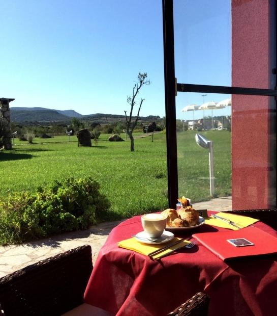 colazione_in_veranda_cornetto_e_cappuccino.jpg