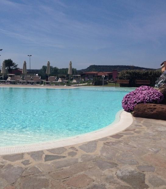 piscina_ampia_lontano_e_cascata_fiorita.jpg