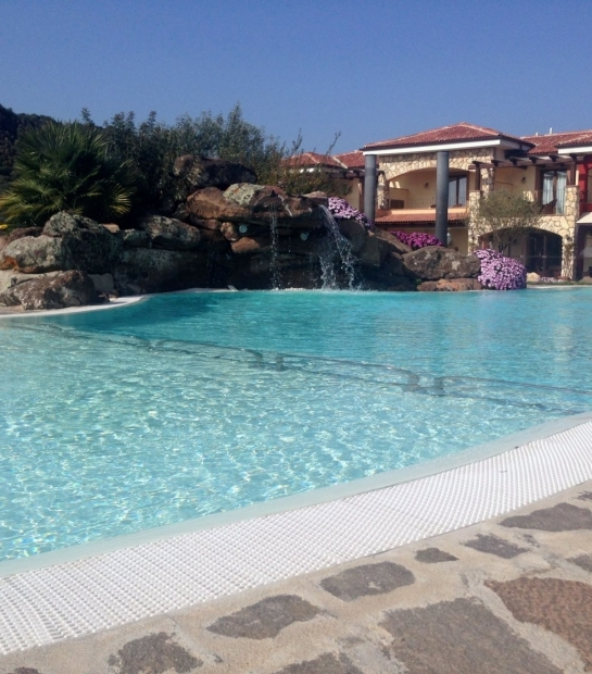 struttura_1_con_cascata_fiorita_e_piscina_dal_basso.jpg