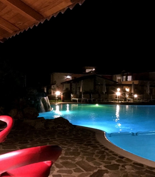 struttura_1_e_2_prospettiva_bar_piscina_azzurra_notte.jpg