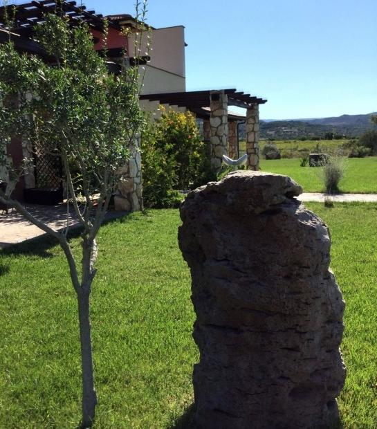 struttura_2_e_giardino_con_pietra_e_pianta.jpg